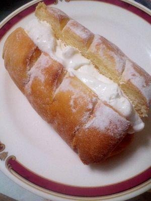 楽天が運営する楽天レシピ。ユーザーさんが投稿した「甘~い☆生クリームパン」のレシピページです。おやつにピッタリです♪♪。強力粉,ドライイースト,スキムミルク,上新粉,砂糖,塩,水,卵,ショートニング,生クリーム