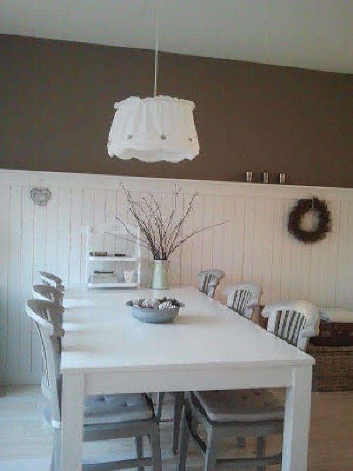Hoge lambrisering. De ruimte is klein, dus je schuift makkelijk de stoel langs de muur. Door zo'n lambrisering voorkom je beschadigingen. Maak hem wat dieper, zodat je er ook iets op kunt zetten.