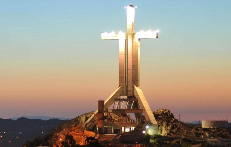 La Creu del Mil·lenni és una estructura de 66 metres d'altura situat en la cima de la muntanya Vodno a Skopje, República de Macedonia,1 es tracta de la creu més alta del món. Va ser construïda per a servir com un monument als 2.000 anys de cristianisme en Macedònia i en el món.
