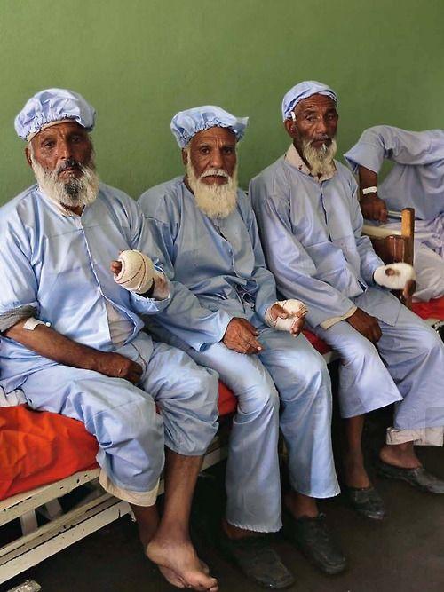 """Da ricordare…  Tre degli undici anziani di un villaggio vicino a Herat a cui i talebani hanno amputato il dito macchiato d'inchiostro che dimostrava la partecipazione al voto… (da """"Internazionale"""")"""