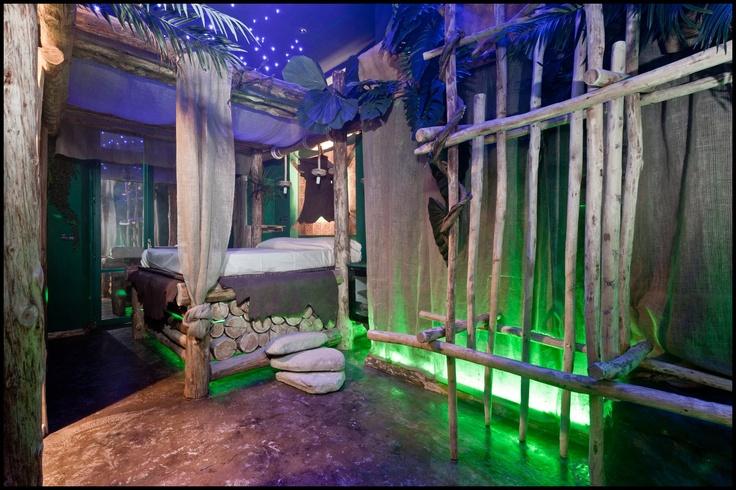 www.sixlove.it Destinazione - Camere a tema Jawa Sixlove Torino Eccovi a Jawa... avvolti da una folta vegetazione tropicale.. è quasi una jungla dove fare attenzione a non perdersi. Sei preparato o meno per gli inconvenienti della natura...? Sei in una notte illuminata da migliaia di stelle che ti guidano verso il piacere... che devi liberare...