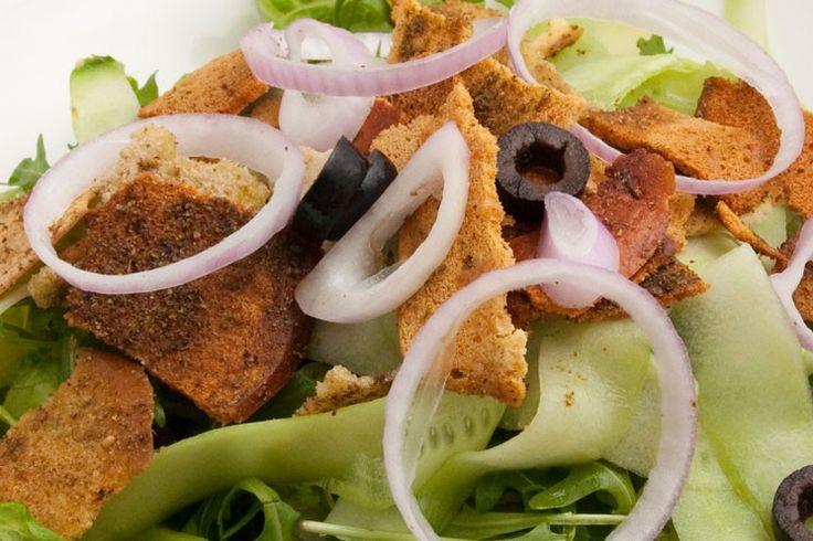 Mixed Green Salad  Mixed lettuce, cucumber, sliced red onion, black olives, bagel chips and rocca.       سلطة جاردن مشكلة     خس مشكل، خيار، شرائح البصل الأحمر، زيتون أسود، رقائق البايغل مع الجرجير  #SimpleGoodFood