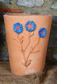 Il Vaso decorativo con fiori di Fiordaliso appartiene alla nuova collezione della gamma terrecotte artstiche. E' un vaso lineare liscio in terracotta, decorato con fiordalisi in rilievo completamente fatti a mano. Questo vaso, come tutta la collezione, non assolve solo la sua funzione di recipiente per fiori o piante, ma è un esclusivo oggetto di arredo per interni e da giardino. I fiordalisi possono essere trattati con vernici colorate oppure lasciati del colore naturale della terracotta…