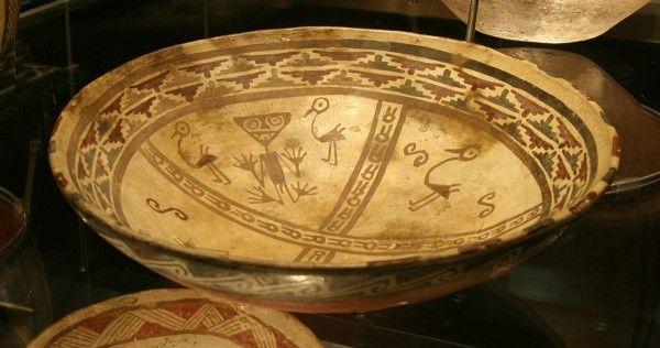 Arte Inca  Plato ornitomorfo Descripción: plato ornitomorfo tiene  una finura en su concepción. Aquí se puede encontrar con curiosas estilizaciones animales. Aquí se pueden observar  figuras humanas, de camélidos y aves