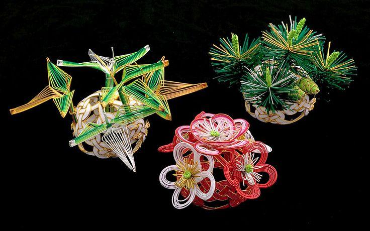 Японские ремесла. 水引き - мидзухики. Причудливое плетение.Мидзухики – это древнее японское искусство изготовления шнуров, завязывания различных узлов и создания узоров из них. Шнуры делают из рисовой бумаги, которая скручивается и накрахмаливается для придания жесткости.