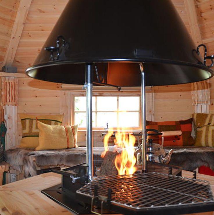 Een Kota is een knusse, zeshoekige, grenen blokhut die oorspronkelijk uit Finland komt. Finse herders bouwden deze Kota's vroeger om in te schuilen en te eten na een lange dag in de buitenlucht. #origineelovernachten #officieelorigineel #reizen #origineel #overnachten #slapen #vakantie #opreis #travel #uniek #bijzonder #slapen #hotel #bedandbreakfast #hostel #camping #romantisch #reizen