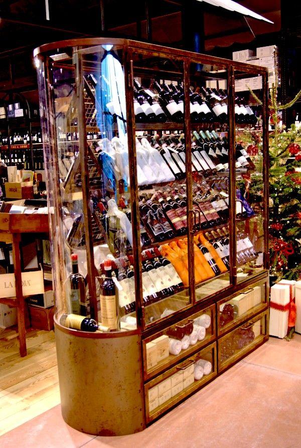 Mobile espositivo per vini di alta qualità, per una catena di enoteche.