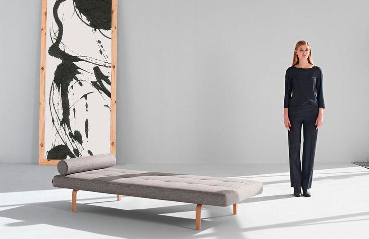 En trendig och snygg dagbädd med dansk design av Per Weiss.  Den har en pocketspring madrass av hög kvalitet för en bekväm sits och sömn.  Du kan välja mellan tre olika tyger och fem olika ben för att sy ihop just din drömkombination!   Ramen är matt svartlackerad och benställning i kromat stål. Det medföljer även en tillhörande kudde,  Produkten visas endast på webben.