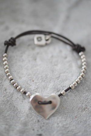 Jewelry | Jewellery | ジュエリー | Bijoux | Gioielli | Joyas | Art | Arte | Création Artistique | Artisan | Precious Metals | Jewels | Settings | Textures |