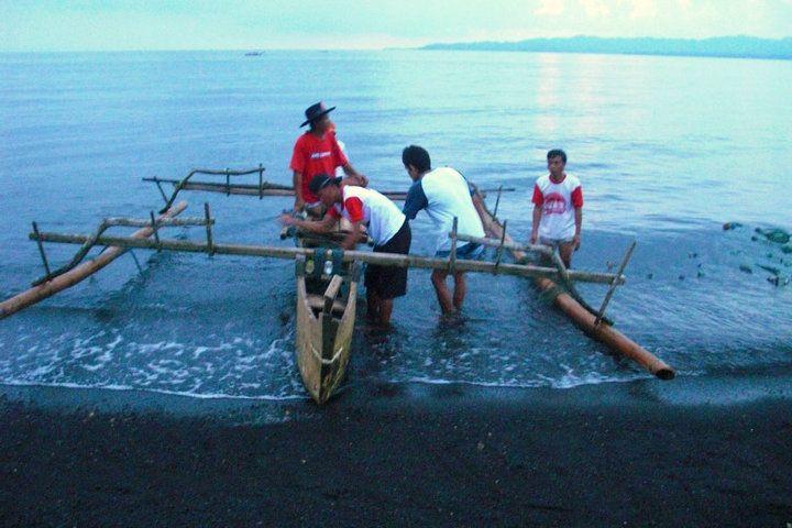 vissers op het strand van Lopana