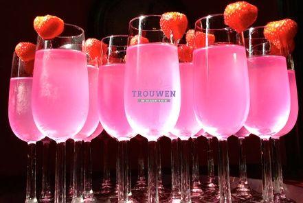 www.trouwenineigentuin.nl Pink Proost; net even iets anders! Prosecco, 7-up, verse aardbei en Trojka Pink Vodka.