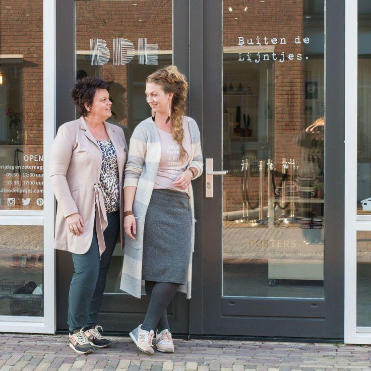 Impressie van de stenen winkel Buiten de Lijntjes Hoofdstraat West 36a - WolvegaWij zijn open op Donderdag, Vrijdag en Zaterdag van 09:30-12:30 en 13:30-17:00 uurIn verband met onze veiligheid is er in de winkel geen contant geld aanwezig, je kunt bij ons alleen PinnenFoto's zijn gemaakt door Anki van Zilverblauw.nl