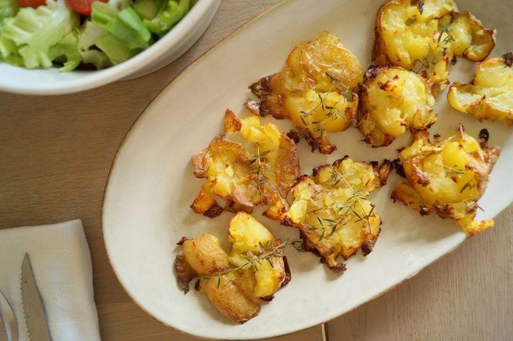 Sprøde maste kartofler som bages i ovnen. De er nemme at lave og passer som tilbehør til det meste kød. Se opskriften på sprøde maste kartofler her.
