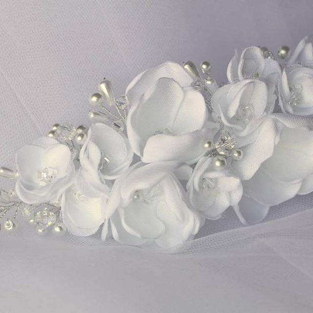 Heute hat meine Cousine geheiratet. Ich wünsche ihr alles Liebe zur Hochzeit. Zu diesem Anlass durfte ich ihr diesen Brautkranz machen. Es war eine tolle Herausforderungen. #selbstgemacht #madewithlove #brautkranz #forbride #handmade #wedding #satinflowers #satinblumen #satin #perlen #wreath #bridalwreath #kranz #hochzeit #funkel #glitzern #Stoff #stoffblumen #blumen #flowers #sparkle