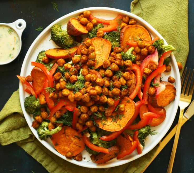 Salade van geroosterde brocoli, kikkererwten en zoete aardappel met dille sausje