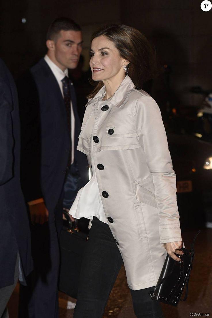 La reine Letizia et le roi Felipe VI d'Espagne assistent le 22 mai 2016 à la finale de la Coupe du Roi au stade Vicente Calderon à Madrid, entre le FC Barcelone et le FC Séville (2-0 après prolongations). Le couple royal célébrait le jour même son 12e anniversaire de mariage.
