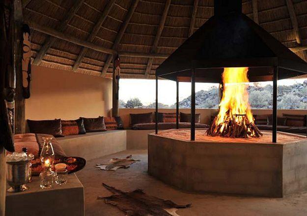 Pragtige boma met 'n lekker, knetterende vreugdevuur by Wag 'n Bietjie Lodge.