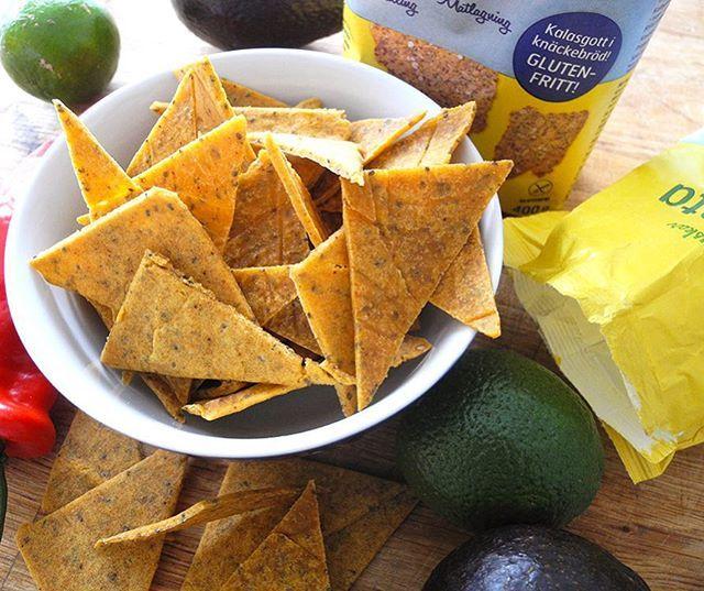 Till middag idag blir det hemmagjorda tacos, och nu menar vi hemmagjort från grunden! Nachochips - here you go!  Recept: 5 dl majsmjöl från @risenta1940 3 st äggvitor, 1/2 dl kokande vatten, 1 msk chiafrön, 1 tsk havssalt, 0,5 tsk spiskummin, 0,5 tsk,chilipulver, 0,5 tsk paprikapulver och 0,5 tsk cayennepeppar.  ➖➖ Sätt ugnen på 150 grader. Häll majsmjöl och alla kryddor i en bunke. Låt chiafröna svälla upp med ca 1/2 dl vatten. Tillsätt därefter äggvitor och chiafröna. Vispa med elvispen…