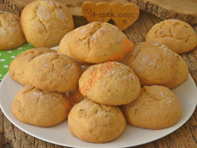 Pastanelerden aldığınız, mis gibi kokan ve çok lezzetli olan, üzeri şekerli kurabiyeleri artık evde çok kolay yapabilirsiniz...