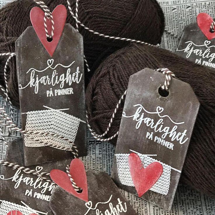 """37 likerklikk, 1 kommentarer – HildeRøisehagen (@hilderoisehagen) på Instagram: """"I dag viser jeg noen strikketags på @papirdesign #papirdesign #kjærlighetpåpinner #stempelgalkort…"""""""