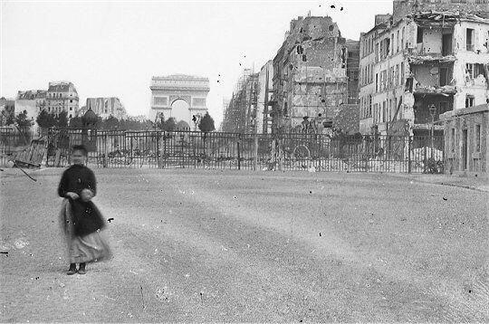 Juin 1871, la Porte Maillot est fermée par une grille qui sépare les Communards des troupes versaillaises pic.twitter.com/Zk80L8wrf5
