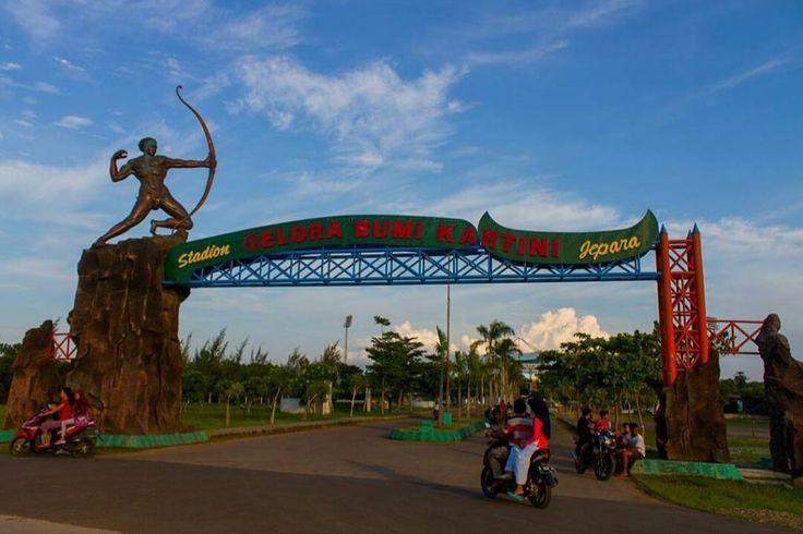 Stadion Gelora Bumi Kartini merupakan stadion multi-fungsi yang terletak di Jepara Jawa Tengah Indonesia. Stadion ini dipergunakan untuk menggelar pertandingan sepak bola dan merupakan markas dari Persijap Jepara.  Lokasi: SGBK Foto: @budislankcooters  #exploregelorabumikartini #sgbk #gbk #visitjepara #jatenggayeng #visitjawatengah #visitjateng