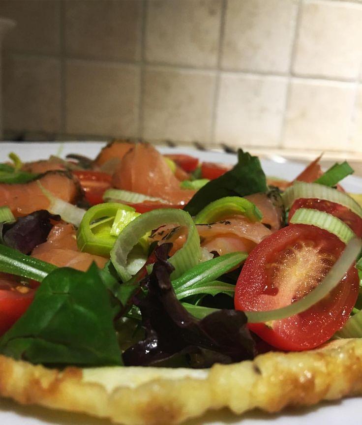 äggwrap med sallad 🌿 gravad lax 🐟 purjolök 🍅 tomat! Ägg-wrap recept: 2 st ägg, 1 msk grädde, salt o peppar som får steka sakta i stekpanna! 🍳