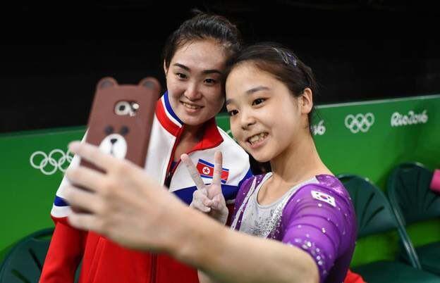 Des gymnastes des deux Corée font un selfie ensemble (JO 2016)