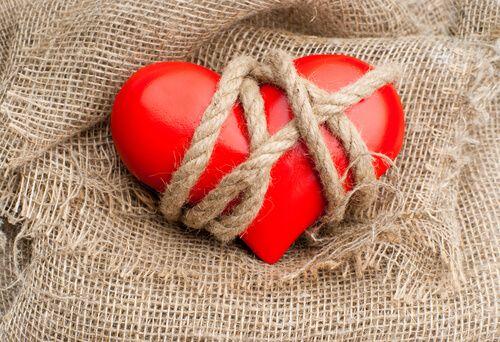 Jaloezie komt voort uit onzekerheid, bezitsdrang en angsten die ons verwijderen van de liefde, onze relaties vervuilen en onze vrijheid vernietigen.