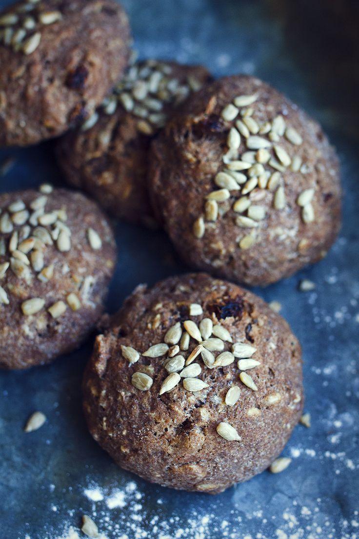 Här kommer receptet på frallorna vi åt till fikat när vi plockade lingon i fredags! Det kan ibland vara svårt att få till bröd med en grov känsla när det kommer till glutenfri bakning. De...
