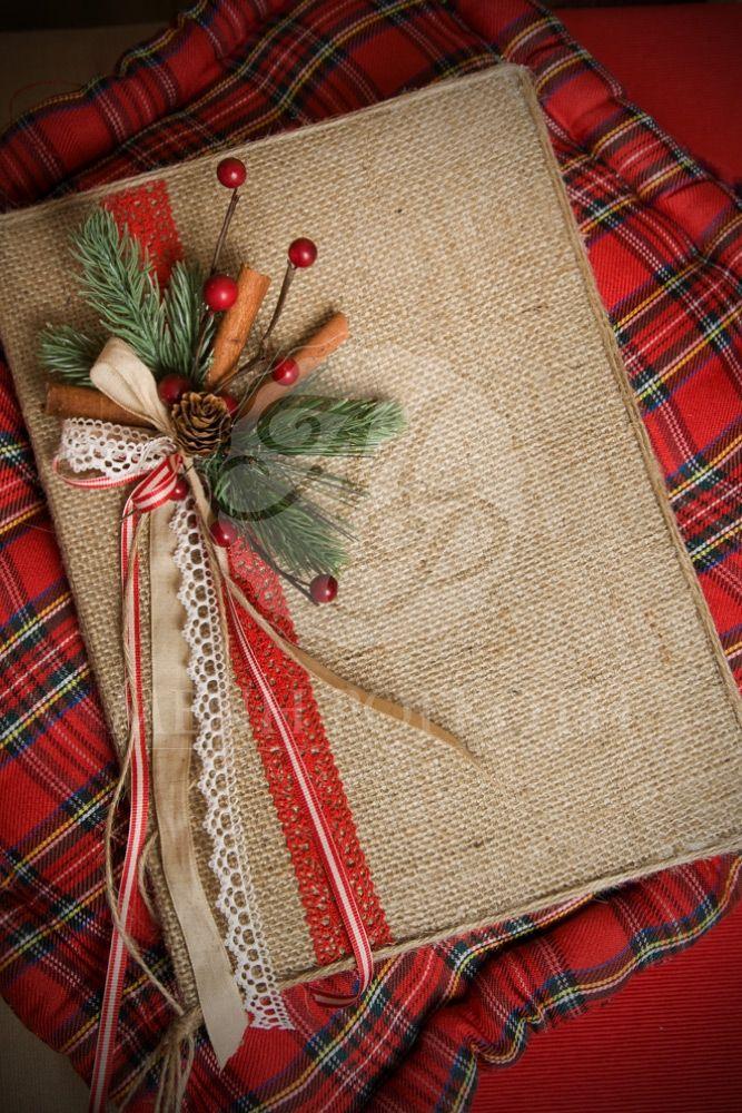 Χριστουγεννιάτικο βιβλίο ευχών ντυμένο με λινάτσα με χειροποίητη χριστουγεννιάτικη σύνθεση, Christmas wedding guest book from burlap and lovely christmas decoration #Christmasdecorations #Christmasbook #weddingguestbook #eyxolgiagamou