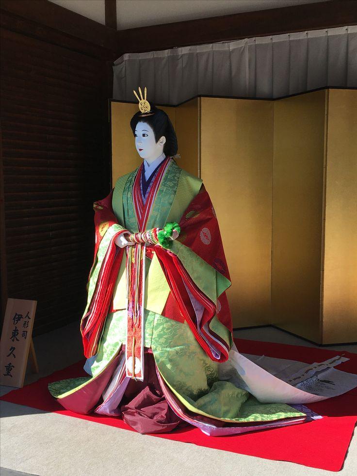 京都御所 その後、北朝の光厳天皇が足利尊氏の後ろ盾を得て1331年に即位して以降、1869年(明治2年)に明治天皇が東京へ移るまでの500年間御所として使われた。