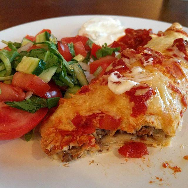 Enchiladas-quesadillas? Hvetetortilla med krydderkremost, ost, karbonadedeig, løk, sorte bønner og hjemmelaget tacokrydder, servert med rømme, tacosaus og salat - med isbergsalat jeg har dyrket selv  #matfrabunnen #matbloggsentralen #texmex #mexican #enchiladas #quesadilla #taco #tacos #fredagstaco #hjemmelaget #matblogg #feedfeed @matbloggsentralen.no @thefeedfeed @godtno #godtno #foodblogger #foodie #foodgasm #foodgram #instafood #nofilter