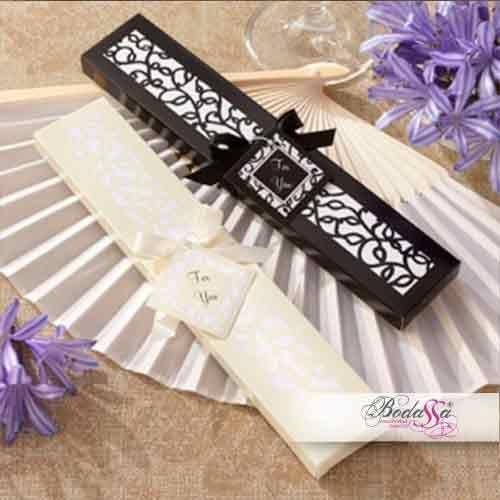 """#202030-54 Abanico de mano de seda plegable tiene un marco de bambú suave. Incluye caja de regalo diseñado con un patrón de hojas y la vid, con tarjeta con texto: """"For You"""". Caja de regalo, disponible en negro o marfil y decorado con una cinta de raso marfil o negro."""