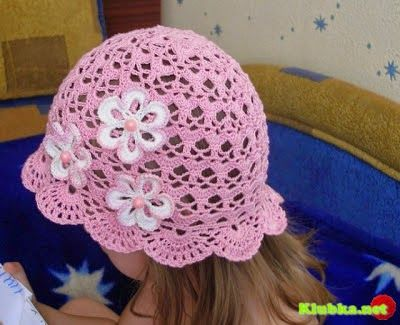 Hobby lavori femminili - ricamo - uncinetto - maglia: cappellino bimba