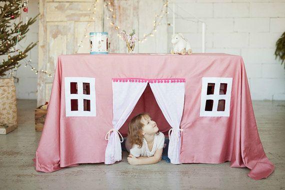 Staubigen Rosa Spielhaus - Tischdecke für Kinder. Einfach einzurichten - es dauert nur wenige Sekunden, und eine Tabelle kehrt in ein kleines Haus. Perfekt für die Wiedergabe von Prinzessinnen und Feen für Pyjamaparties und Rosa Prinzessin Schlafzimmer-Ensemble. Ihr Kind werden phantasievolle Spielstunden erleben!  Hallen- und Freibad Spielhaus. Tolle Idee für Foto-Prop, Geburtstag des Kindes oder Taufe Partei - kann sowohl als dekorierten Tisch und ein Spielplatz dienen. Entworfen für…