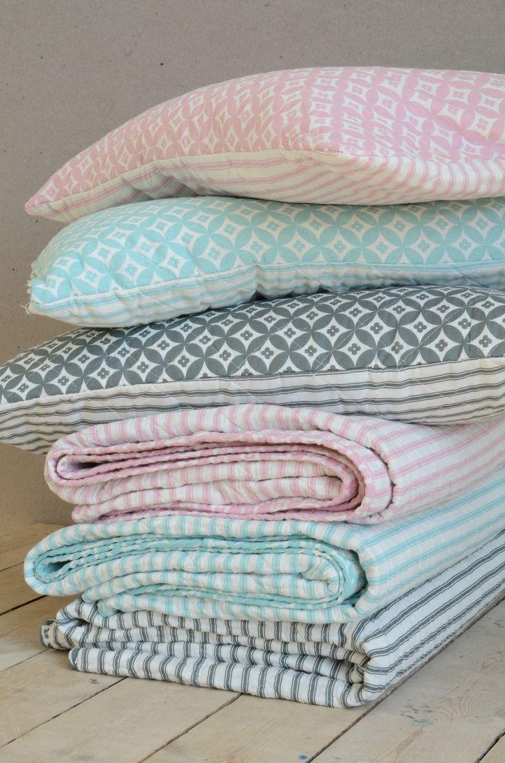 Kissen und Tagesdecken in der Farbe mint, rosa und grau von Ib Laursen.