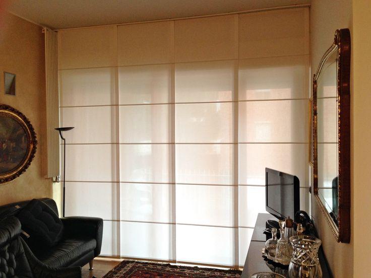 Pannelli scorrevoli realizzati in misto lino color panna, vengono inseriti alla perfezione in un contesto dalle caratteristiche classiche, creando una chiusura totale della parete a vetri.