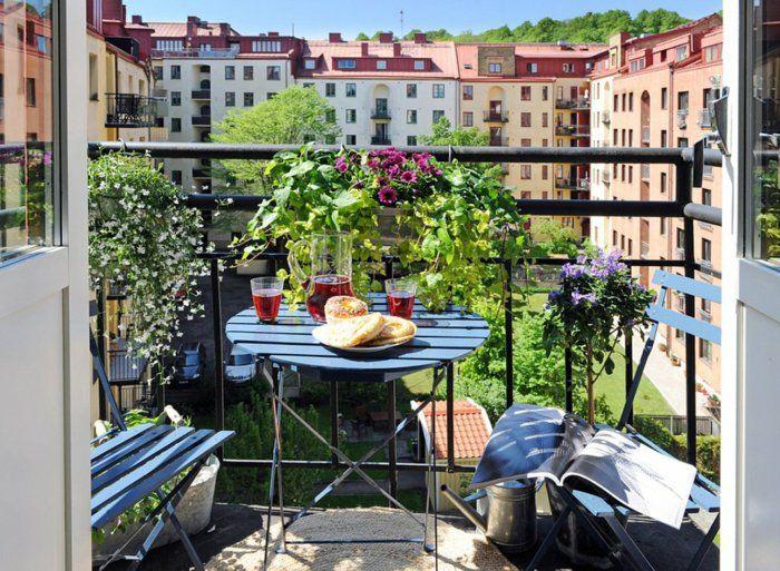 Vintage balkon gestalten balkonm bel holz metall klapptisch st hle kr uter balkonpflanzen