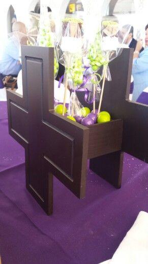 Cruz de madera con brochetas de dulces centros de mesa pinterest - Centros de mesa para primera comunion originales ...