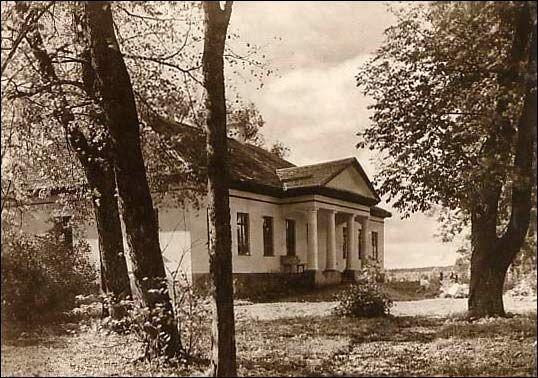 Dwór Piłsudskich. Dwór na fot. z lat 30 XX w. W roku 1930 właścicielami dworu zostali Józef i Aleksandra Piłsudscy.,Pikieliszki, Litwa