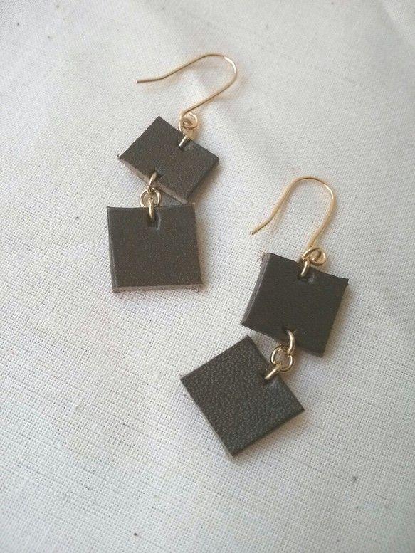 一枚革をカタチに切り取ってピアスにしましたしかくがふたつユラユラ揺れるピアス部分 真鍮金メッキ|ハンドメイド、手作り、手仕事品の通販・販売・購入ならCreema。