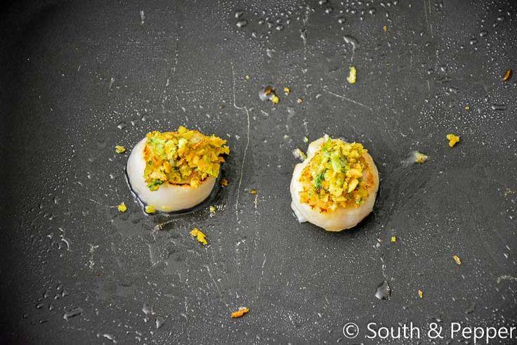 Meng 4 eetlepels walnotenpesto met 4 eetlepels panko.  Verdeel dit over de coquilles.  Zet de braadslee 3 minuten bovenin de oven op 220 °C.