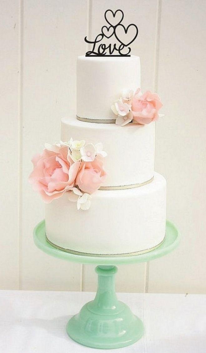 schlichte Hochzeitstorte, mehrstöckig mit Blüten-Dekoration