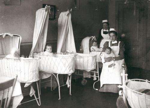 De zuigelingenzaal van het Wilhelmina Kinderziekenhuis in 1899