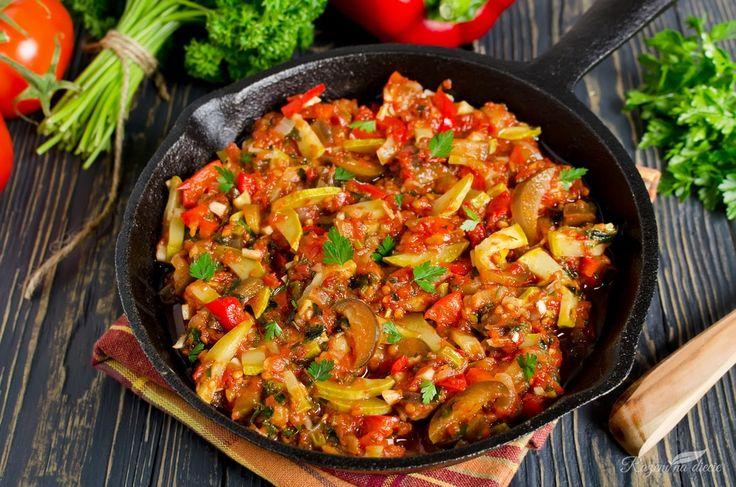 Dzisiejszy przepis na gulasz z cukinii i bakłażana w sosie pomidorowym to idealne danie obiadowe dla zabieganych i nielubiących spędzać zbyt dużo czasu