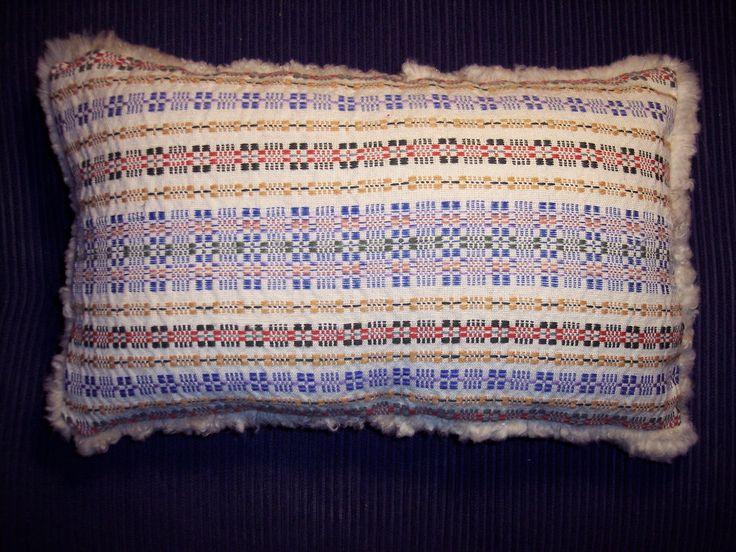 kudde i munkabälte(ull) med baksida av fårskinn