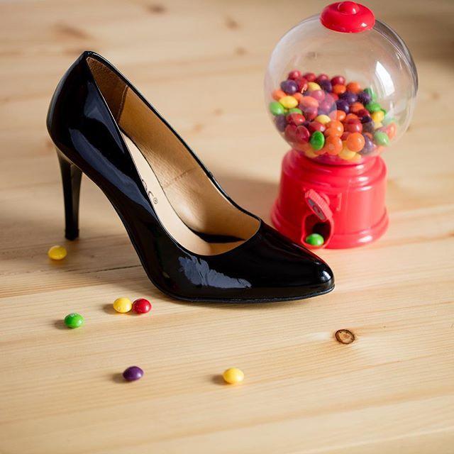 Na zdjęciu to, co kochają wszystkie kobiety - szpilki i słodycze! 😸🍡👠🔎: D389X-1-LAK #shoes #lankars #stilletos #highheels #black #leather #classic #minimal #sweets #candy #winter #christmas #instagood #fashioninsta #style #fashion #woman #love #loveshoes