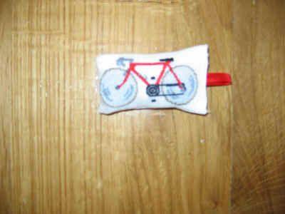 Ecco un portachiavi ad hoc per mio marito che ama le biciclette. E' ricamato su lino color crema 110 fili, un filo su un filo. L'ho iniziato il 17/3/2005 e l'ho terminato il 2/4/2005 per un totale di 20 ore e 1/2 di lavoro. I punti sono 79 X 40 ed i cm. sono 7 X 3,5. Lo schema è tratto da un sampler sullo sport pubblicato su RicAmare di gennaio 2005.