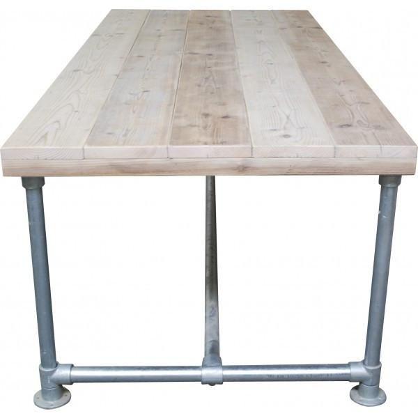 < Studeerkamer tafel > Midden in de kamer, niet tegen een wand, aan beide kanten een stoel. Aan een kant van de kamer een jungle/bos behang.